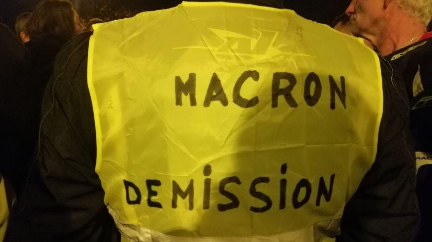 gilet jaune macron demission
